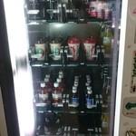 49958142 - 新しめの自販機の中に、レトロな瓶コカ・コーラが売ってます。