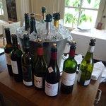ブノワ - メインダイニング中央にディスプレイされたワイン達。これ、飲めるんでしょうか・・・?