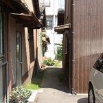上原製麺所 - これもまた家の隙間かな?