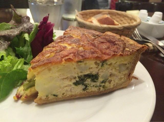 フレンチカフェレストラン 神楽坂 ル コキヤージュ - チーズ、ジャガイモ、鶏ひき肉のキッシュ。見た目以上に美味なキッシュ(^ ^)