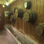 トン・ガリアーノ - 入り口のワイン樽風の噴水(?)