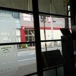 吉岡茶房 - 以前より車通りが激しくなった道路