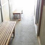 上原製麺所 - 椅子が置いてます。