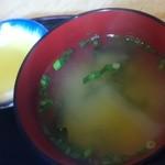 天丼屋 ふくすけ - 漬物と味噌汁
