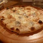 トラットリアバールイタリアーノ レガーミ - 4種のチーズのピザ・・