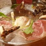 トラットリアバールイタリアーノ レガーミ - ホワイトアスパラの炙り、ルッコラ、生ハム添え