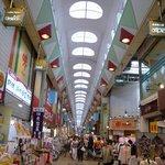 彩々 - 天井もあって意外と流行っている商店街です。 色んな面白いお店がありました。 また、じっくりと散策してみたいですね。 この商店街は天井が綺麗ですね。