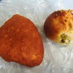 BOULANGERIE Jolly - とまちー揚げパン(左)と焼きカレーパン