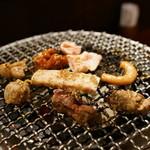 ホルモン焼き肉ぶち - 2016.4 炭火の七輪でホルモンを焼いています