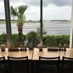 エアポート屋久島 - 店内カウンター席と、その先に見える屋久島空港滑走路