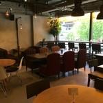 ゴールデンデュー カフェ - 広いフロアです
