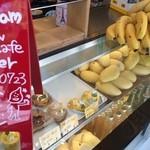 ゴールデンデュー カフェ - 入り口には、マンゴー他、フルーツのショーケースが