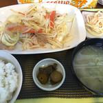 ニコニコ食堂 - 肉野菜炒め定食…680円 味は可もなく不可もなく 肉野菜なのに肉少ない(・_・; メニューは豊富なのに、お客さんはあまり来ない。パチン屋の裏だからなか。