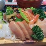 まぐろ亭 - 18切れ+赤海老ちゃん1尾+白魚です。