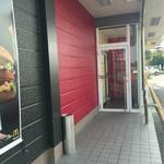 マクドナルド - 駐車場からの入口