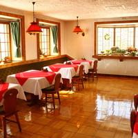 レストラン クララ - 自然光を活かしたフロアは、ディナー時にはシックな空間に変わります。