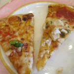 50035294 - チキンピザとソーセージピザ