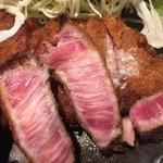 牛かつ いろは - サシが入っていますが、歯応えもしっかりあるので肉質はそれ程高級では無いのかもしれませんが。良く言うとサシなのだろうがこのまま食べるとスジだとバレてしまう感じです。