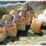 吉廼家 - 長月の円心寿司。鮎のあぶり姿寿司と名残鱧の寿司のセットです。