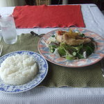 安座真ムーンライト・テラス - 白身魚サラダ仕立て黒酢ソース(1260円)