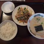 まんじゅえん - 料理写真:野菜炒めライスラーメンセット570円とサービスの茹で卵
