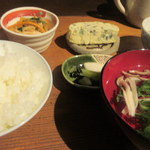 いやいやえん - ご飯とお汁、漬物、小鉢