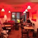 スペインバルヒスパニア - 赤い照明の店内