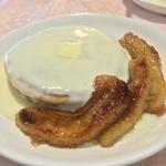 カフェ ハッピー ツリー - バターミルクパンケーキ+キャラメリゼ バナナ