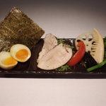三代目晴レル屋 - 鶏のレアチャーシューと半熟味付煮玉子と季節の野菜の豪華共演。