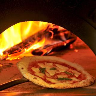 ピザは生地からお店で手作り!薪窯で焼く、本格ナポリピッツァ