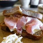 PATH - 自家製ハムとカマンベールのサンドイッチ