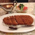 50090284 - 190gの肉々しいカツ、適度に脂身もありました。大きいです。しかもガッシリでフォークとナイフで食べました。