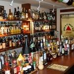 スコティッシュ パブ ブリッジェンド - バックバーだけでなく、カウンターの上にも珍しいお酒がずらり。