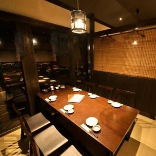 全席が掘りごたつ、またはテーブル席のゆったりとした空間。