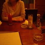 カームス - 3人掛けテーブルに座ったぼくら