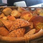 ファイヤーママ - ランチタイムは約5~7種類のパンが食べ放題になります☆