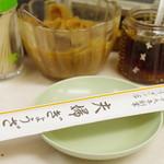 夫婦餃子 - 卓上調味料と箸