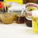 夫婦餃子 - 卓上調味料とビール
