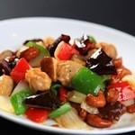 中国料理 ロータスダイニング - 料理写真:鶏肉がやわらかくてナッツが香ばしい。