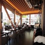 タリーズコーヒー - どこに座ろうかな~ 全面ガラス張りなのでとても明るい店内です。