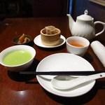 50118044 - ティーポットで中国茶のサービス。麺・飯セットの本日のスープ(飯類のみ)、燒賣、自家製お漬物