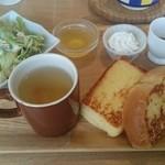 カフェ・メールネージュ - フレンチトーストモーニング ドリンク代のみ フレンチトースト食パン2分の1くらい サラダ スープ ミニデザート(柚子ゼリー)