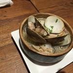 貝と白ワインのバル KAKIMARU - あさりとはまぐりのアヒージョ