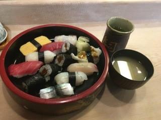 勤寿司 - にぎり一人前半、1,000円