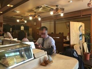 勤寿司 - カウンターと右側テーブル、奥は座敷