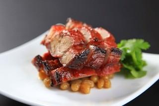 中国料理 ロータスダイニング - 専用かまどで吊し焼いた香ばしい焼き豚。