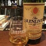 スコティッシュ パブ ブリッジェンド - 数が多すぎて写真を上げきれませんが、ウイスキーも新旧合わせて250種類以上取り揃えております。写真の物はオールドボトルのグレンリベット12年です。
