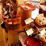 パティスリー シュエト - 店内中央の焼き菓子