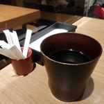 海 - 内観;ほうじ茶とテーブルの様子