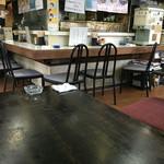 鳳園 - 店内はカウンター席と小上がり席